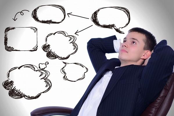様々なことを考えている男性の写真