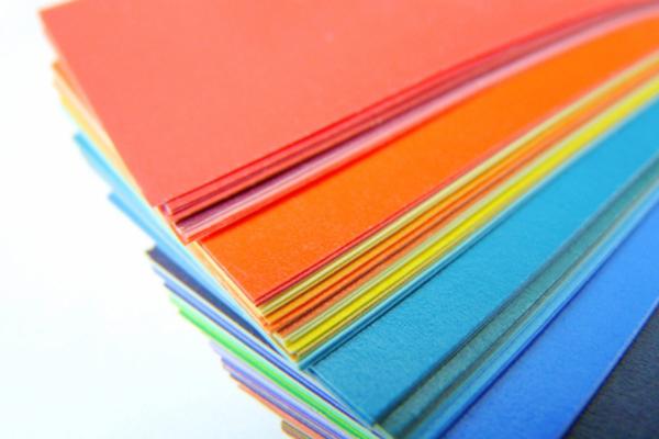 色とりどりのカードが並んでいる写真