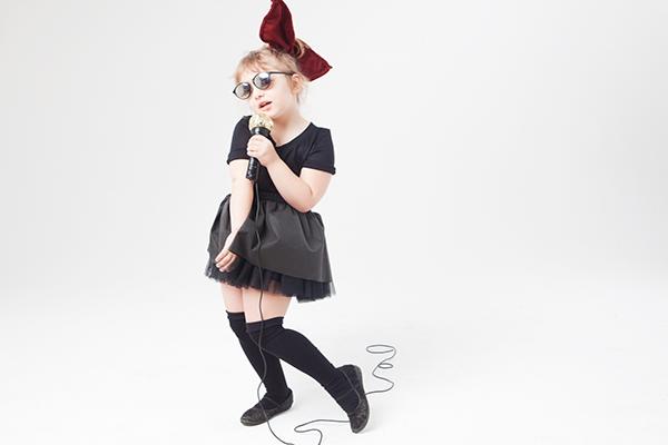 ハロウィンで盛り上がる少女