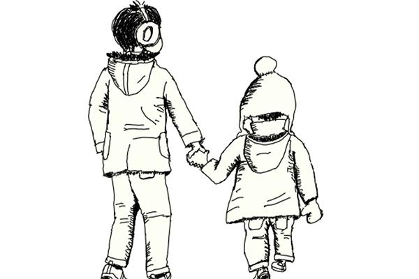 男の子と女の子の兄妹が手を繋いで歩いている