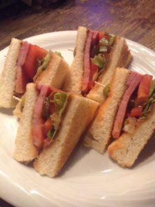 トーストしたパンにベーコンとレタス、トマトが入った三角に切ってあるサンドイッチ