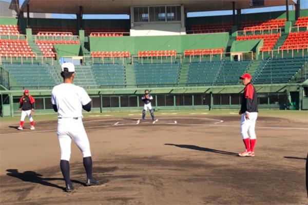 野球場で練習している写真