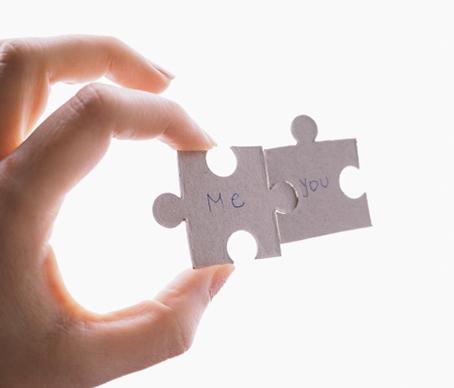 持っているパズルのピースにぞれぞれ「ME」「YOU」とかかれいる
