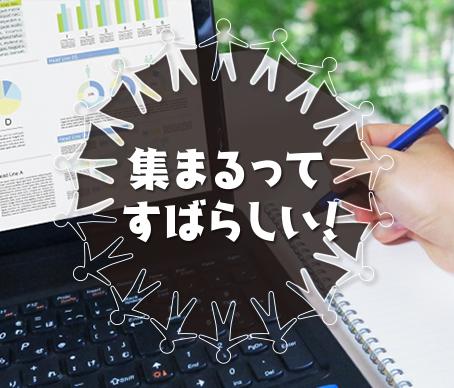 複数のグラフが表示されたパソコンとペンを持った手が写った写真。