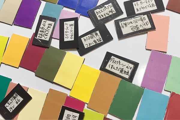 様々な色のマグネットの裏に色名がかかれている