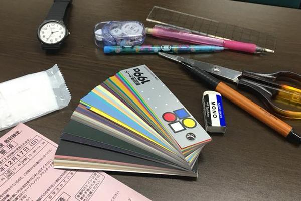 筆記用具を机に広げている