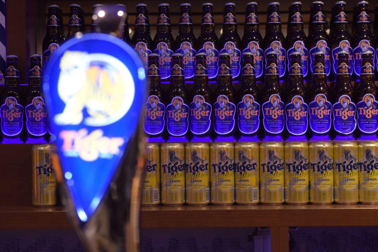 青のラベルのタイガービールが並んだカウンター