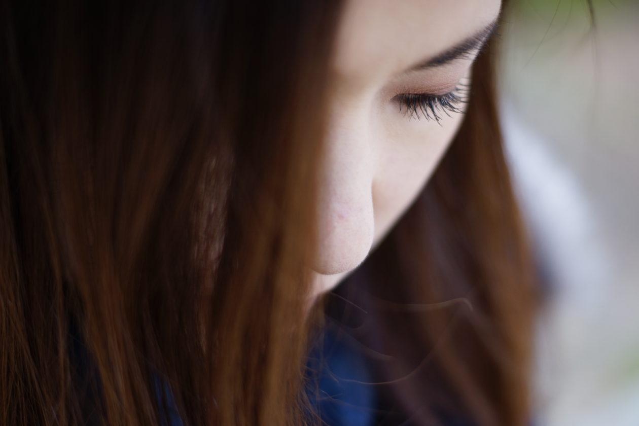 女性のまつ毛にピントを合わせたアップの写真