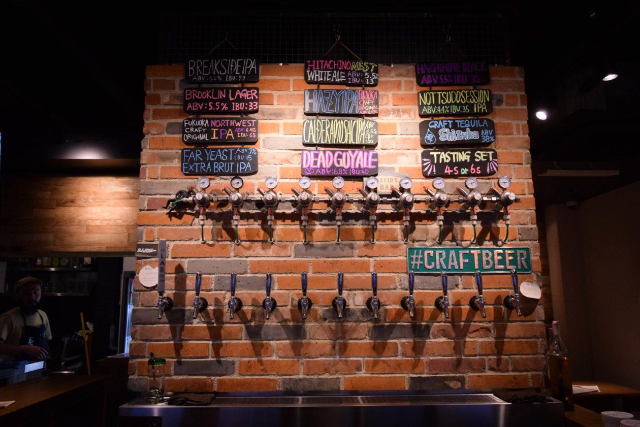 レンガの壁にビールの注ぎ口がたくさんある