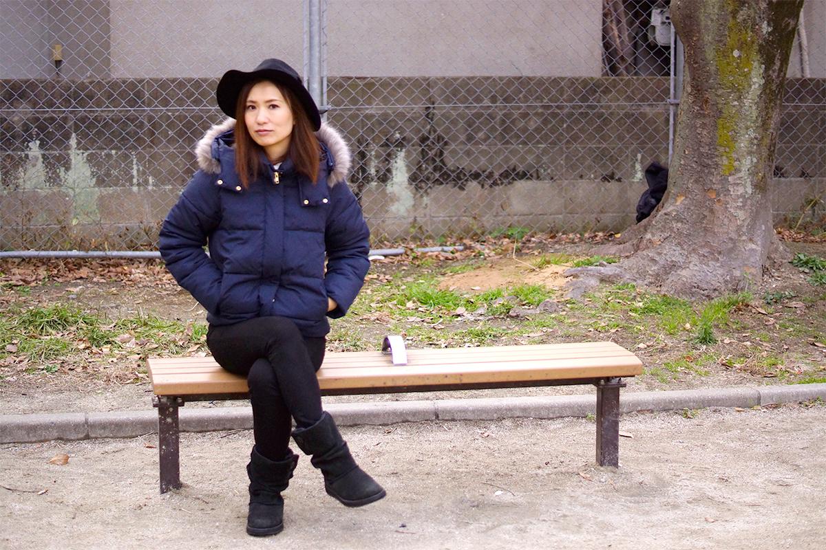 ベンチに座っている女性の写真の引きのイメージ