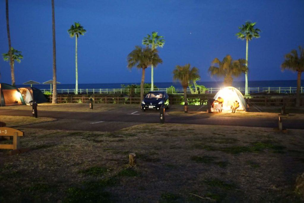 写真:夜のキャンプ場