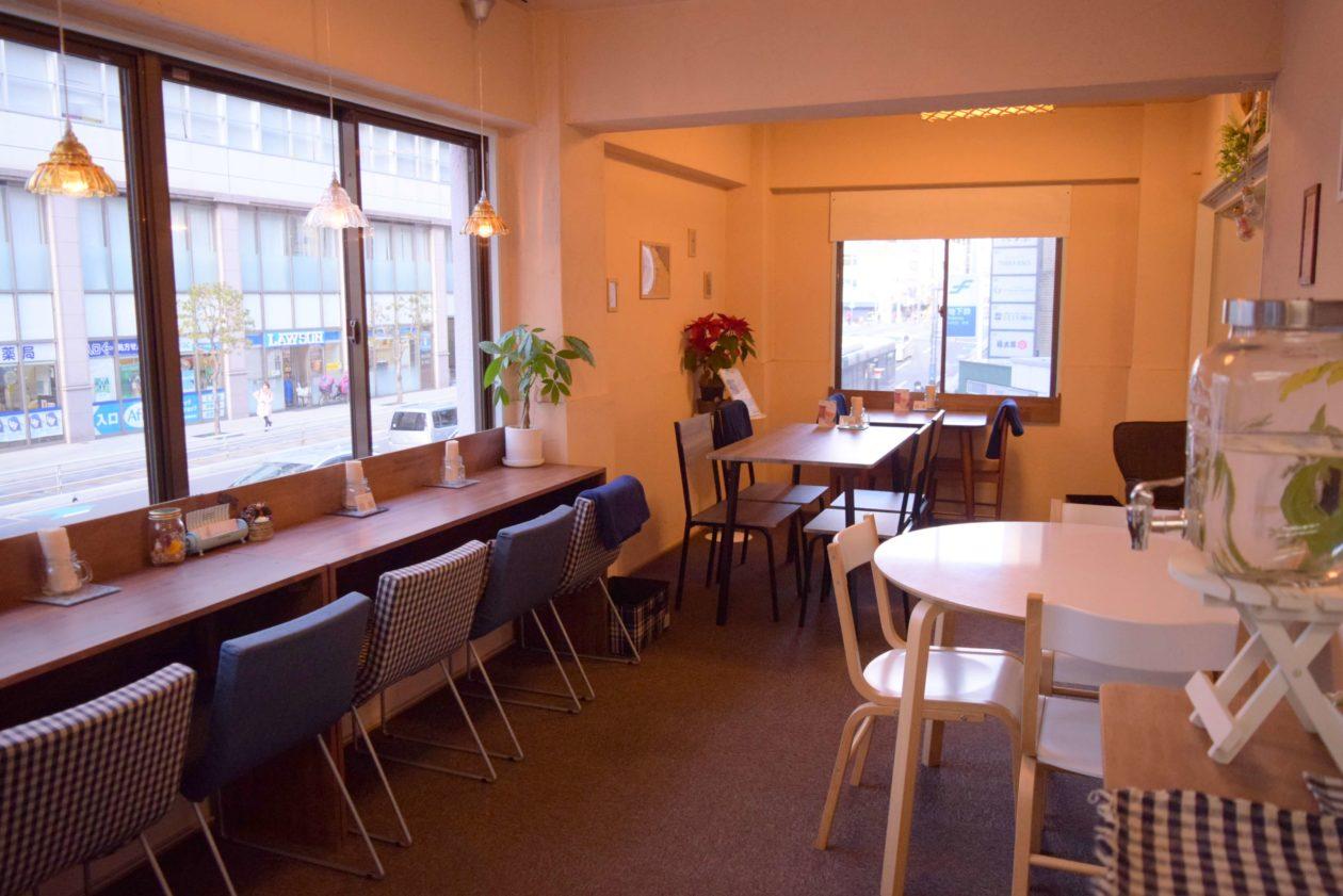 カウンター席がみえるカフェ店内
