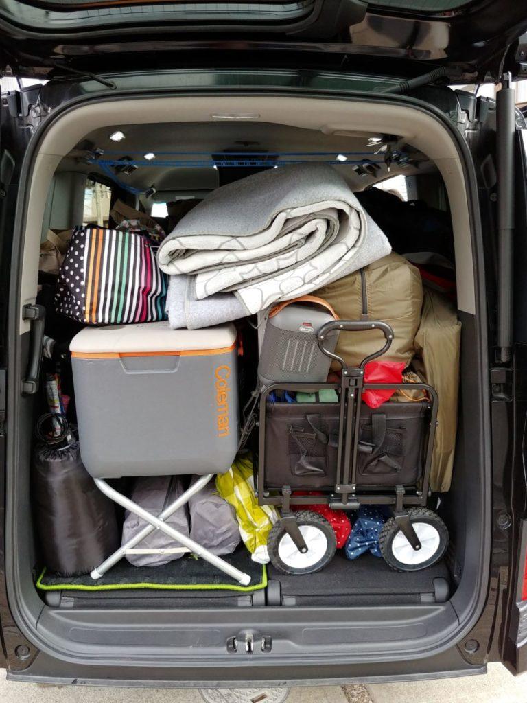 写真:車に積んだキャンプ道具