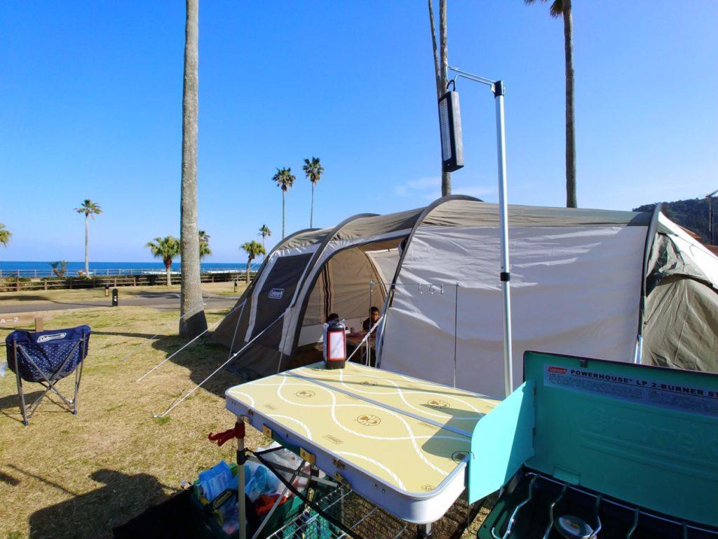 写真:かまぼこ型のテント