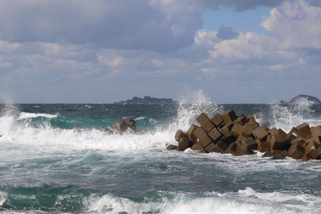 写真:遠目に陸から見える軍艦島