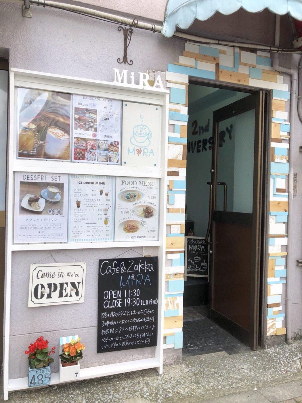 カフェ入り口。ビルの小さな入口
