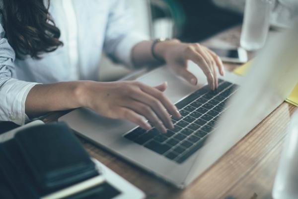 写真:パソコンで検索をかける女性