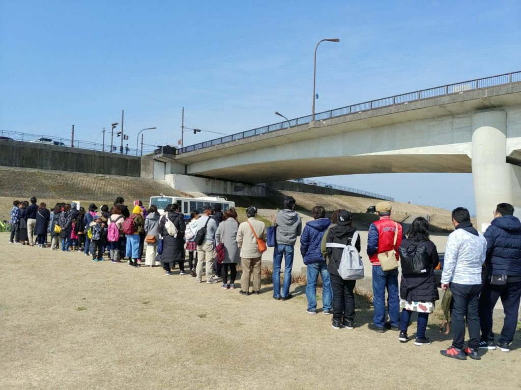 写真:生目の杜運動公園への送迎バスを待つ長蛇の列