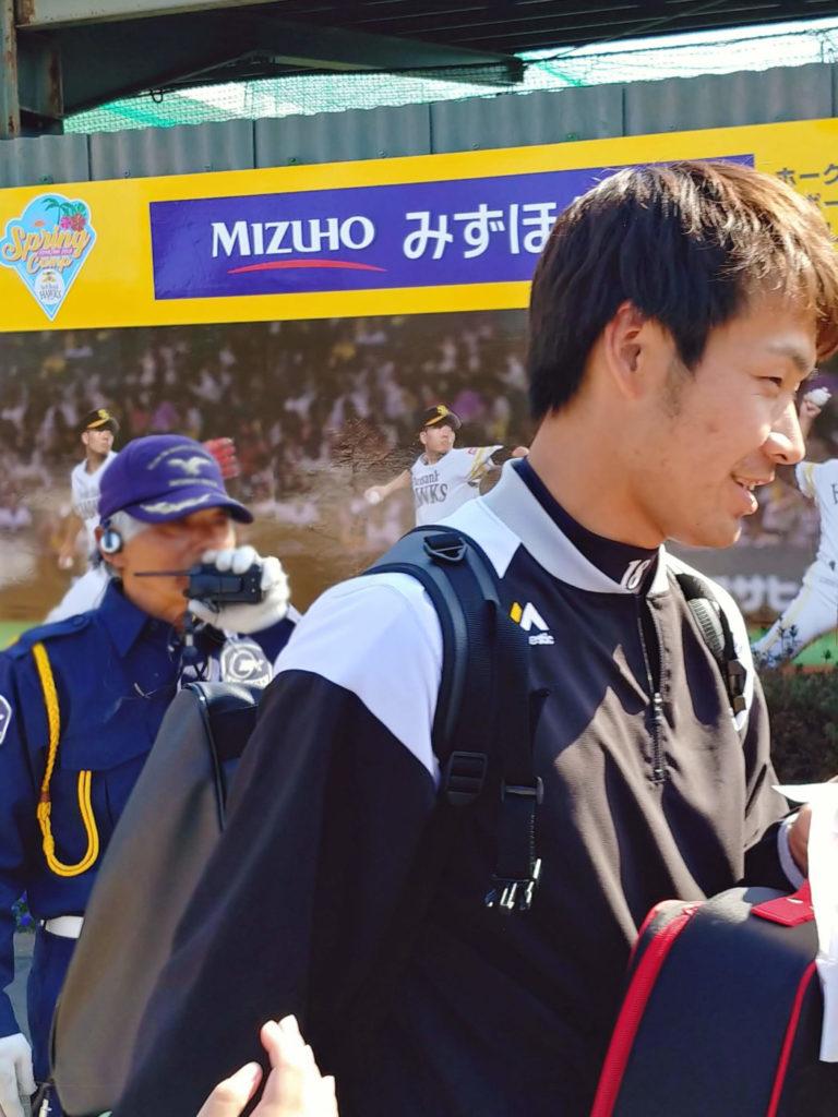 写真:目の前を通る、ホークス武田投手