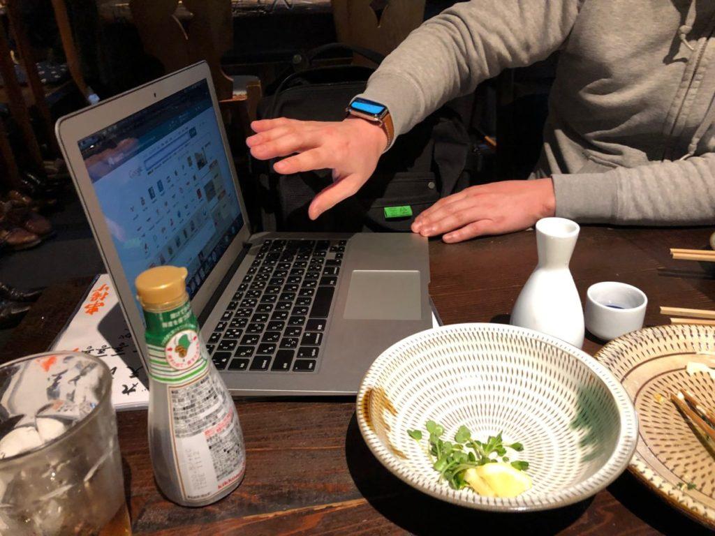 写真:パソコンをもちだし新サービスの説明をするアクセスエモーションの親川社長