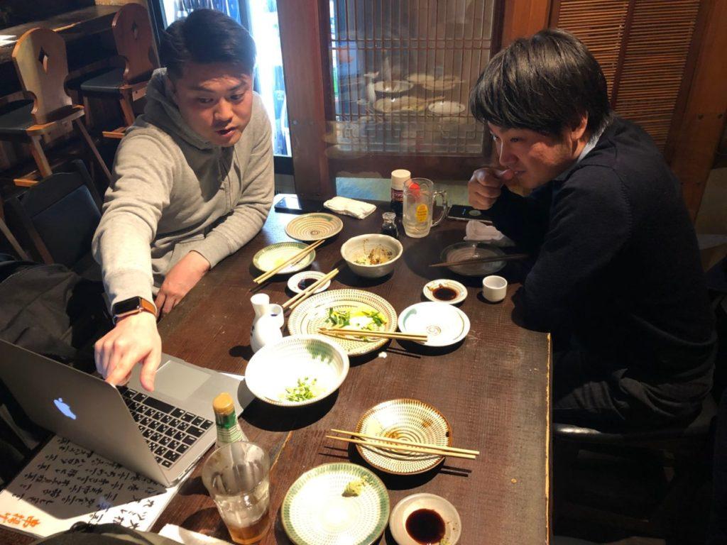 写真:画面をのぞき込み相談するアクセスエモーション親川社長と傾聴するリクト山口