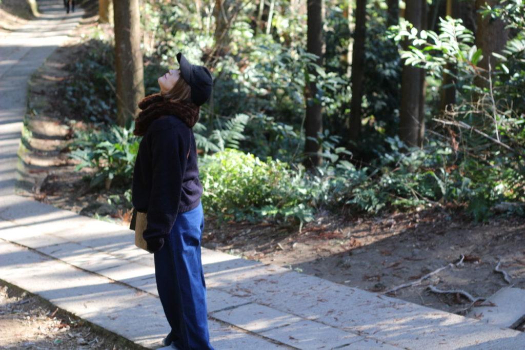 画像:武雄神社境内で何かを見つけた妻