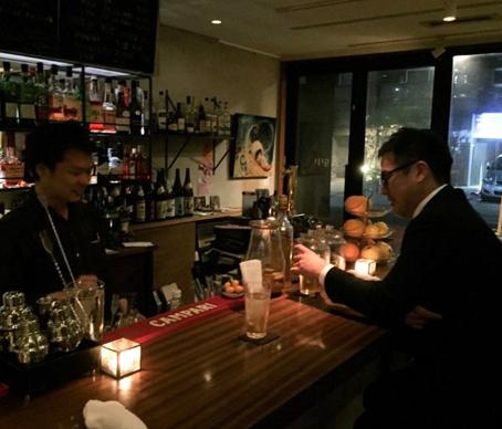 写真:石塚君とGIJI オーナーのやまさんと3人で議論