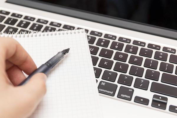 写真:パソコンとペン