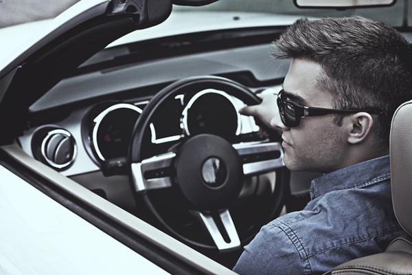 写真:車に乗っている男性