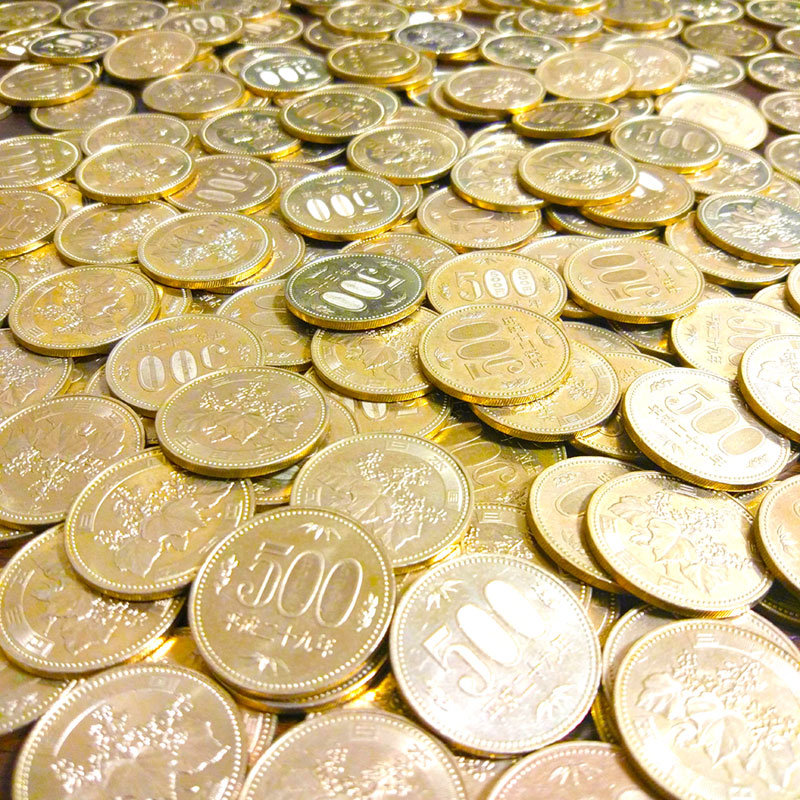 散乱した500円硬貨