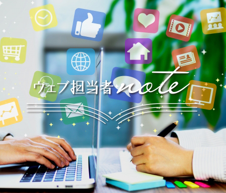 写真:SNSツールやパソコンで集客を検討する人