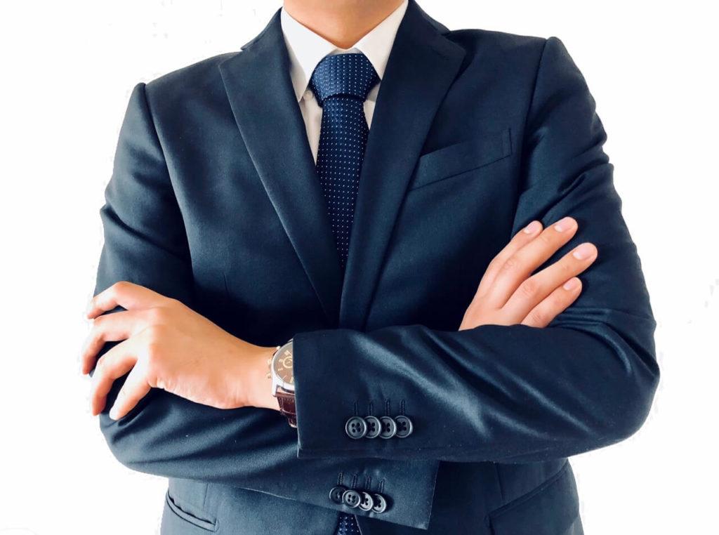 スーツ姿の男性が腕組みしている画像