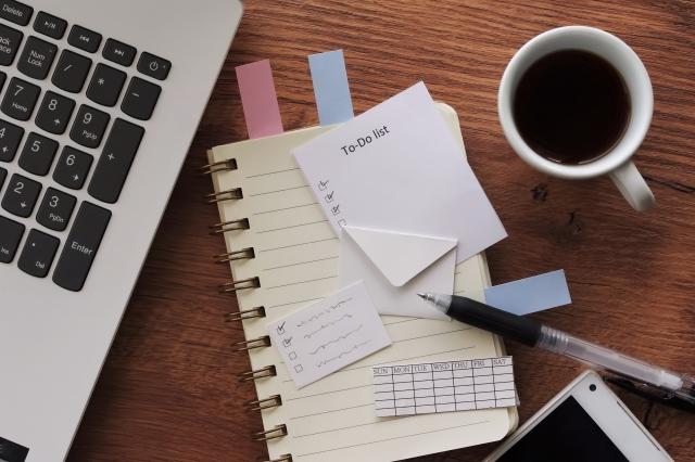 画像:ノートとメモ帳とチェック表