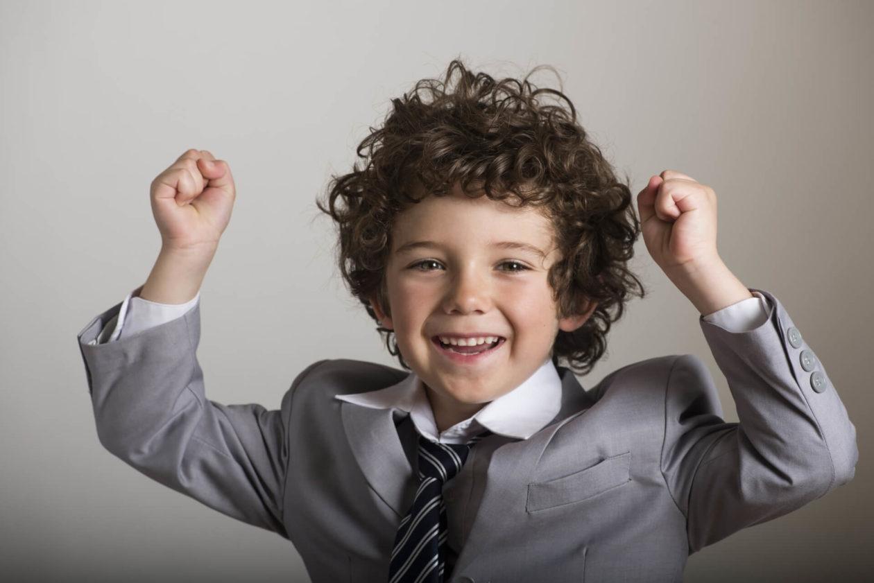 画像:男の子がガッツポーズをしている画像