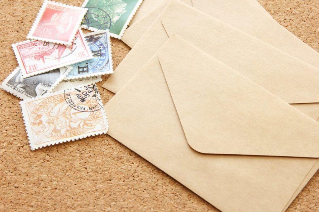 画像:手紙と切手が並羅べ手置いている画像